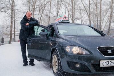 автошкола - инструктор по вождению и его автомобиль